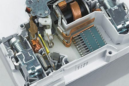 Modular circuit breakers with performances as moulded case